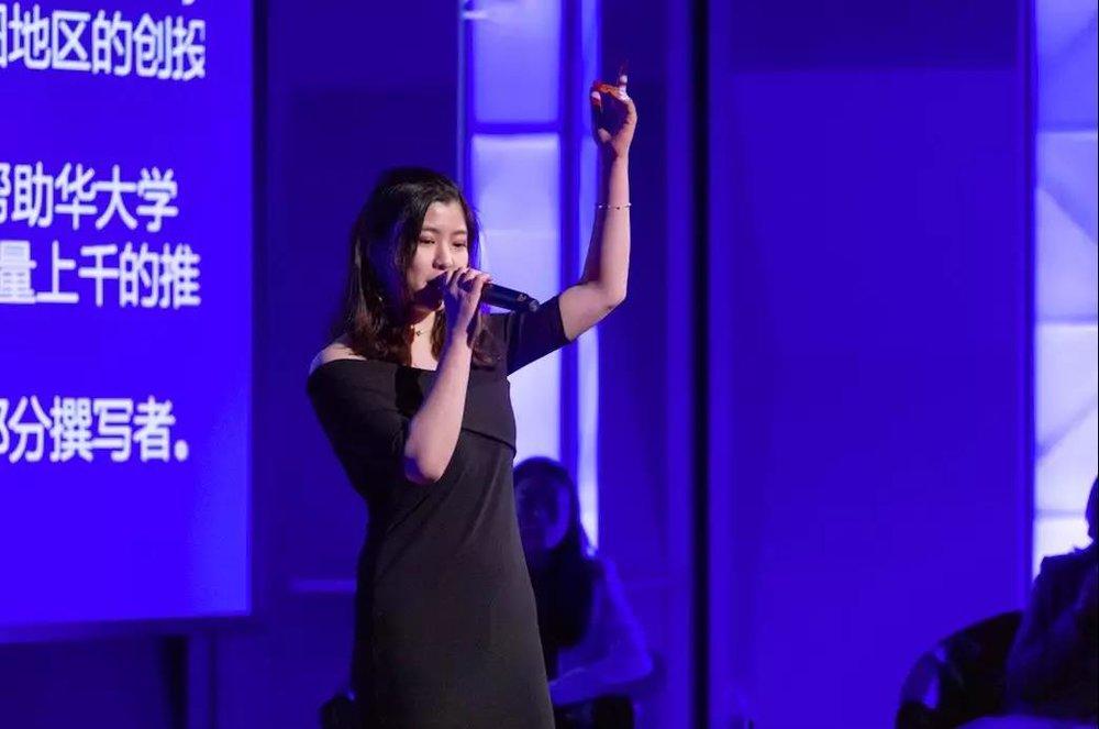 "Luga在开场一展美妙歌喉。在后面的环节中,她出众的能力也引起了Boss之间对她激烈的""争夺"""