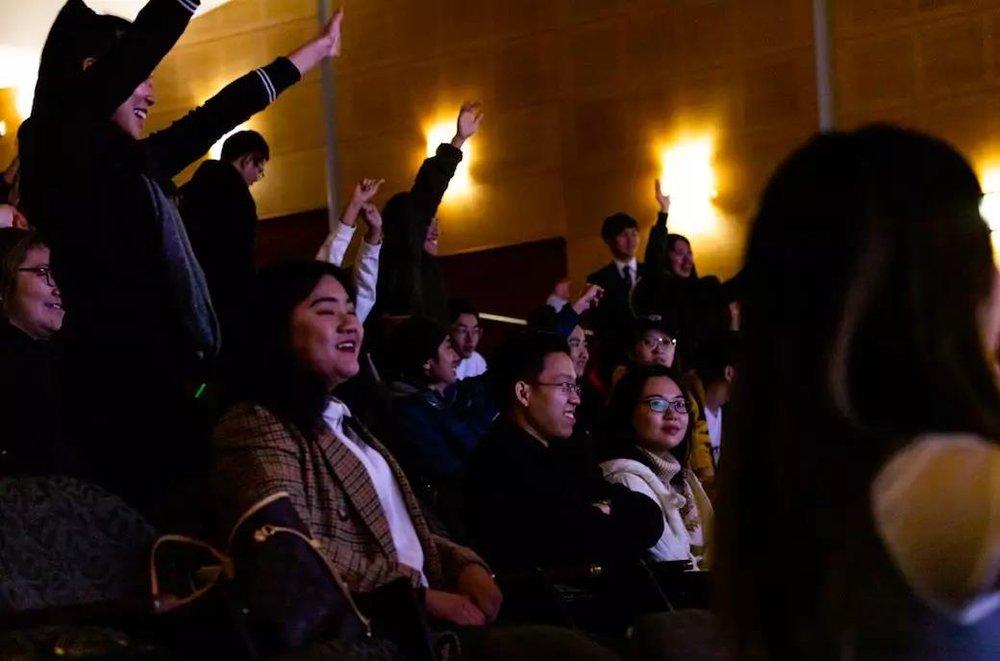 踊跃参与的观众