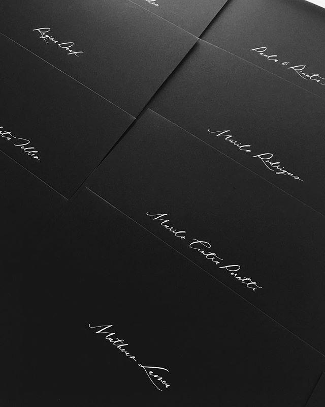 Caligrafia no envelope preto com nanquim branco = 🖤 Para ver a papelaria toda desse casamento lindo é só voltar dois posts! ⬅️ - Orçamentos: ivorycalligraphy.com/orcamento/ / marcela@ivorycalligraphy.com  #convitedecasamento #noiva #noivasp #noiveieagora #papelariapersonalizada #papelariadeluxo #papelariafina #papelariaartesanal #conviteria #convitecasamento #convitepersonalizado #caligrafia #calligraphy #caligrafiaartistica #noivas2018👰