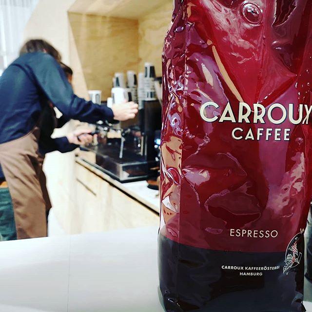 Ein ganz grosses Dankeschön an unsere neuen Freunde von @carrouxcaffee für die perfekten Cappuccinis, mit welchen sie uns die letzten Tage auf den Beinen gehalten haben. . . . . #orgatec2018 #carrouxcaffee #vitra #studiotools.io #coffee