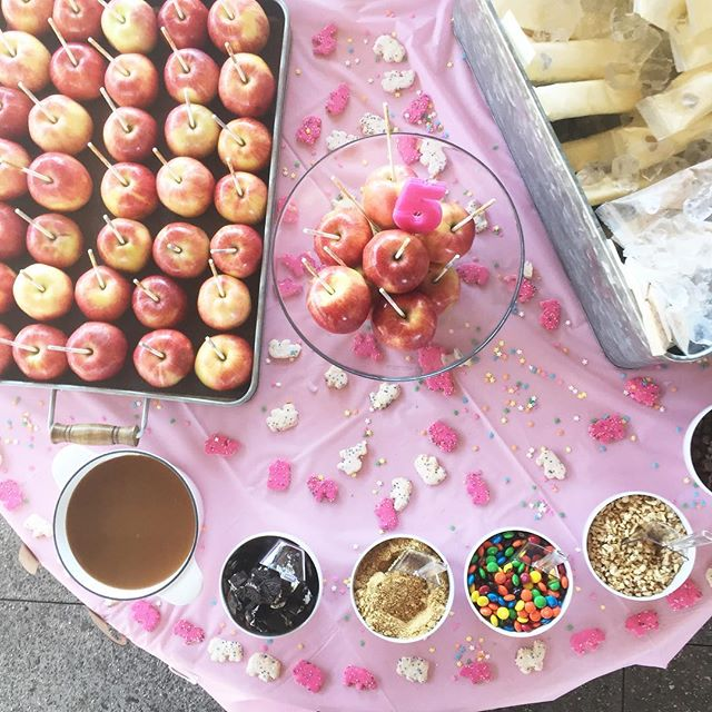 Today's kidchella candy apple bar setup + otter pops #dessert #dessertbar #candyapples #candy #apples #la #oc #foodie #oreos #mm #nuts #yum #love #flashesofdelight #sprinkles #thatsdarling #partyideas