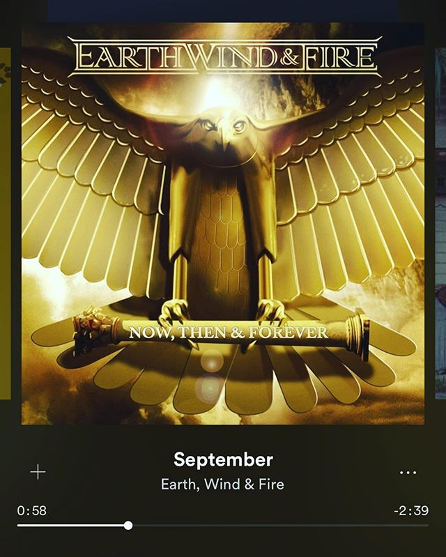 Amazing how @earthwindandfire get my feet tapping even on this class LS November Day in Toronto.  #music #september on a #cold #november #earthwindandfire to #warm #your #heart #toronto #416 #the6 #spotify #playlist #toe #tapping