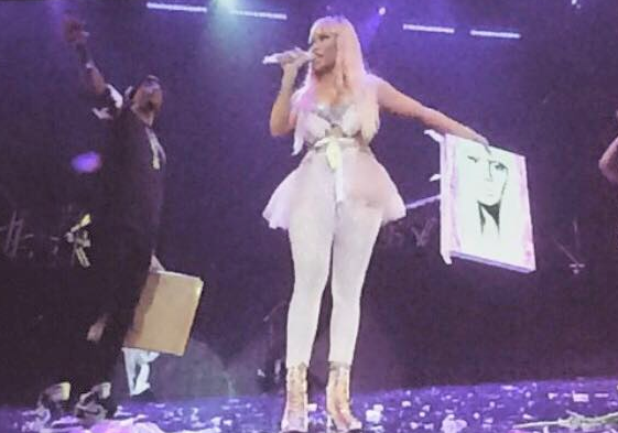 She kept the painting in her hand the whole time until she went off stage! You know that feeling where the noise around you goes all muffed? Yeh.. that.