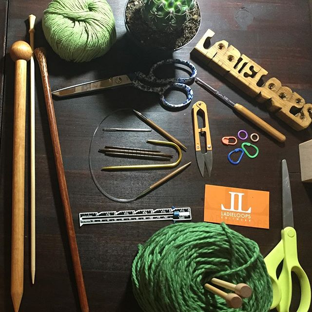 Saluting the color of the year with some of our favorite tools. #2017Green #coloroftheyear #wood #wool #knitwear #LadieLoops 💚