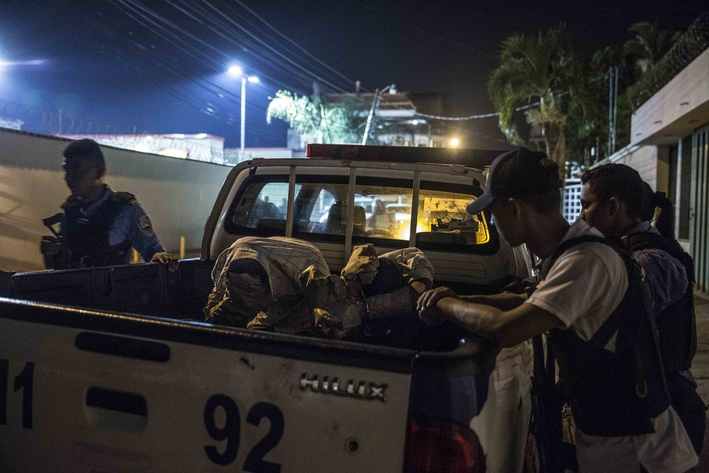 Two boys, suspected of the murder of three women and a boy a few hours before in a Tegucigalpa neighborhood, are held by the police to be later interrogated.