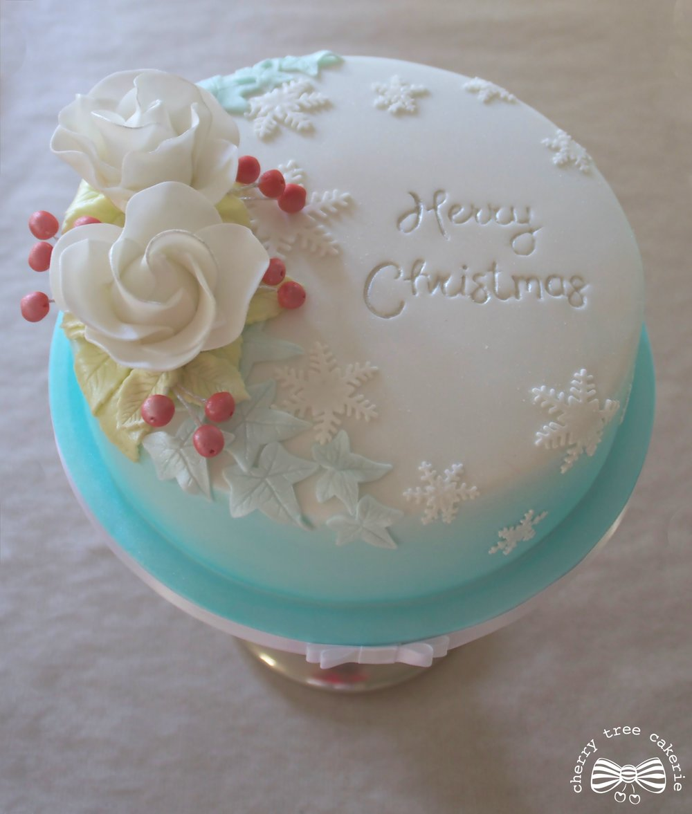 white-rose-and-berries-christmas-cake