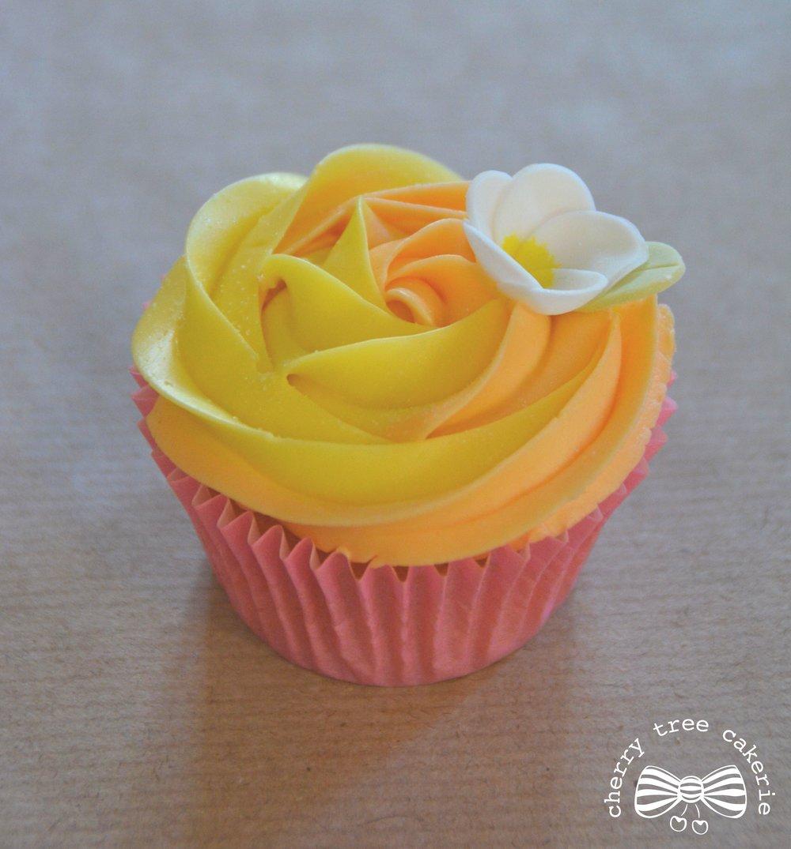 tropical-hawaiian-birthday-cupcake-with-frangipani