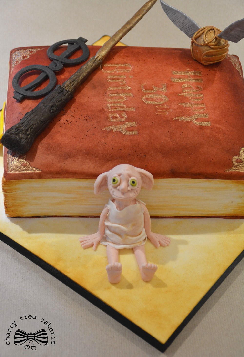 Harry-Potter-spellbook-cake-with-Dobby