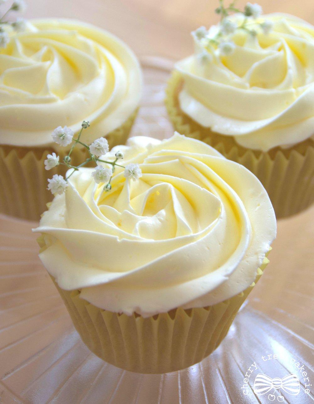 Lemon-wedding-cupcakes-with-gypsophila