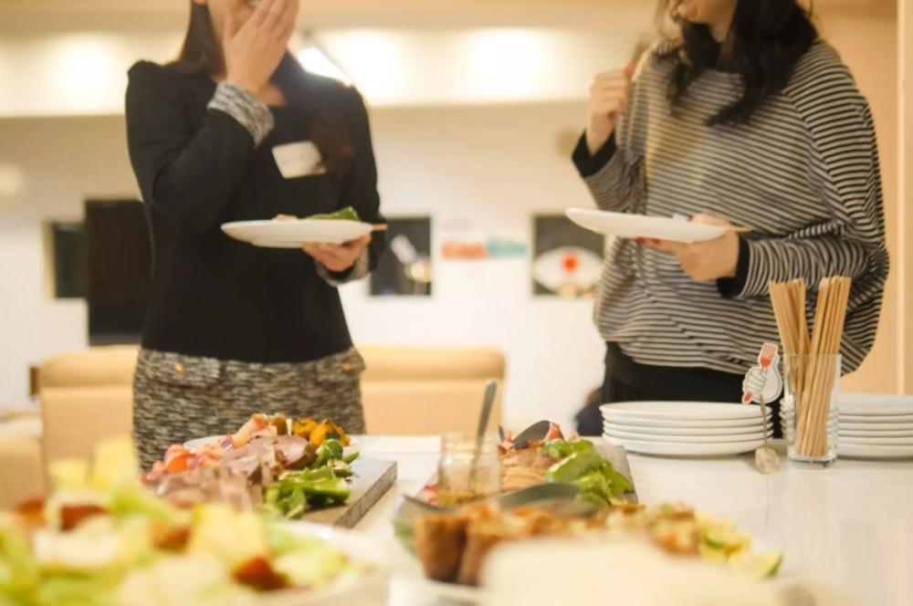 - オフィスKitchHike - - ランチタイムや終業後、休日のチームビルディングなど。ごはんが必要なあらゆるタイミングに、KitchHikeのCOOK(料理を作る人)がごはん交流会を開いてくれる、手作りごはん交流サービスです。