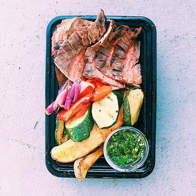 chimichurri steak bowl • grilled flank steak + potato wedges + grilled peppers, zucchini, and red onions + fresh, vibrant, herby chimichurri sauce to pull the whole thing together👌🏼 this is a customer favorite (as well as a husband favorite😊)! vegan option was braised black beans, and non-red meat option was lemon garlic roast chicken!