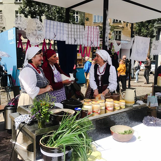 Festival alert🎉 Today 100% Małapolska festival is being held at Plac Wolnica Square. If you are in Krakow, you can have a chance to try some local products such as cheeses, local brews, pierogi and more that were invented in Małapolska (Lesser Poland) region. Go and try delicious stuff&support locals :) 🎉😋 #100małapolska #małapolska