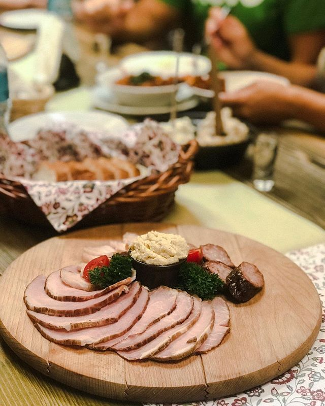 On our vodka and culture tour we try not only vodka but also some delicious Polish food🍽🥓 #deliciouspoland #vodkatour #vodkatasting #polishvodka
