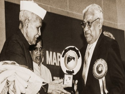 At the Golden Jubilee Celebrations of India's Independence in 1997, Vishwasrao Chowgule is presented with a Lifetime Achievement Award by the President of India, Shankar Dayal Sharma.