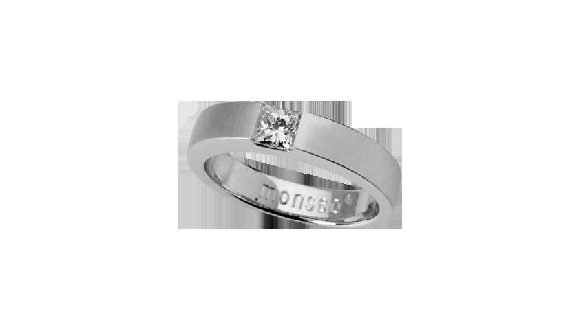 AN1871 -SOLITAIRE CARRÉMoments Collection Anel em ouro branco 19,2 kt. com diamante lapidação princesa com 0,31 ct, acabamento acetinado. Aro 4 mm largura PVP 2,460 € Opção II Aliança em ouro branco 19.2 kt acetinado com 2.9 mm largura e 2.4 mm de altura com diamante lapidação princesa com 0.12 ct. PVP 1,500 €