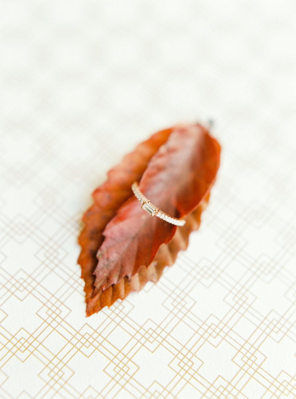 Engagement-ring-branco-prata-solitaire-baguette-cut.jpeg