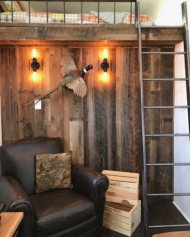 Rustic meets modern. We try to add reclaimed elements in all of our builds. We tried to create the perfect getaway cabin. Styled by @aprilpreston
