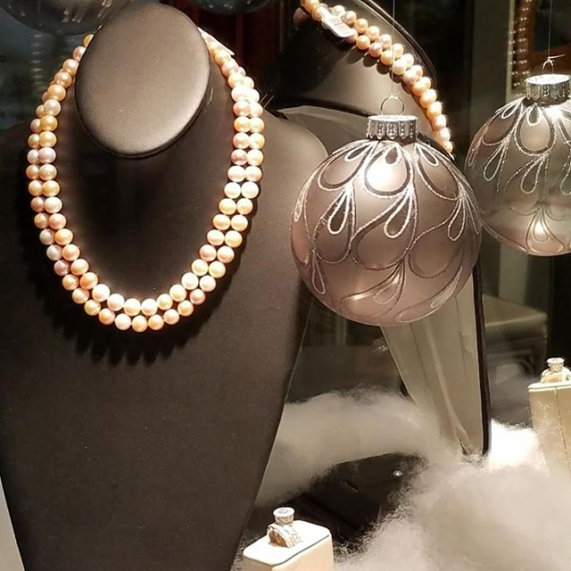It's beginning to look a lot like Christmas! #shopsmall #Princeton #pearls #princetonshoppingcenter #holidayseason #bestpresent #imperialpearl #stuller