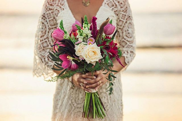 Sharon's bridal bouquet 🌹 See more of Sharon and Ernest's Boho Surfer Wedding on our new blog! (Link in bio) // Photo by @costavidaphoto. Floral design by @eventosartesanos. . . . #bridalbouquet #travelandgetmarried #weddinginspo #weddingstyling #weddingdecor #costaricawedding #weddingplanner #costaricabeachwedding #beachweddingdecor #costaricaweddingdecor #weddingplannercostarica #destinationwedding #costaricaweddingplanner #bohowedding #bohoweddingtheme #bohoweddingideas #bohoweddinginspo #costaricaflorist #costaricavenue #costaricaweddingphotography #fourwindsweddings
