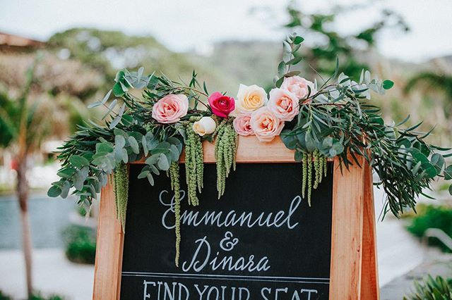 Every bride deserves a little chalkboard bling 📷@costavidaphoto #floraldesign #chalkboard #weddingdetails #weddinginspo #bohoinspo #costaricawedding