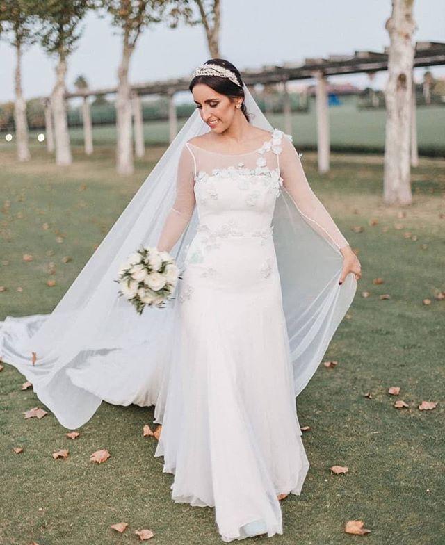 A veces confiamos tanto en ellos, que nos convertimos en clientes de nuestros propios clientes. Y el resultado no puede ser mejor. No hay más que ver a @rponcedominguez, radiante en su gran día. ¡Gracias #SakuraEnhorabuena a todos! Vestido: @ivancampana Detalles: @benjamin.bulnes  Diadema: @luisbenitez78  MUHA: @anaespejostyle  Wedding planner @quesebesen 📷 @luciacherubina