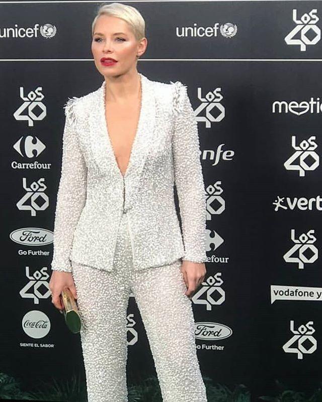 ¡BOOM! @soraya82 vestida por @ivancampana en los premios @los40spain. . Estilista: @mardy_nogales  #celebrities #looks #smoking #ivancampana #invitada #bride