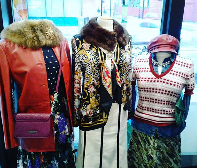 Mixing it up in the Vintage Room. A vintage pin , scarf, fur collar can pack a puncb #vintageclothing # ecco #gucciinspired