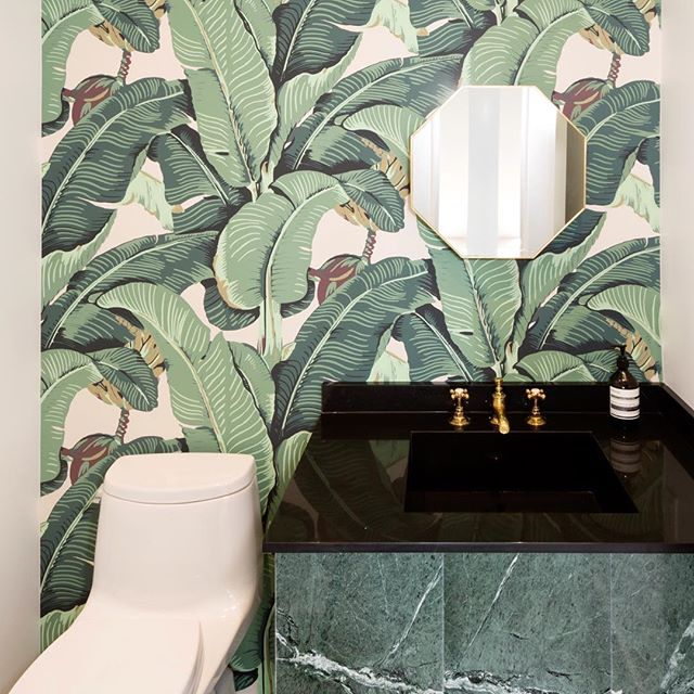 Dreaming of warmer weather with this iconic Martinique Beverly Hills wallpaper installation 🌴🌱
