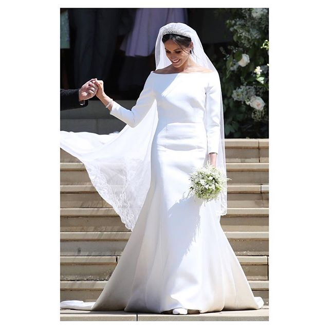 Let's talk Royal, shall we? I found the @givenchyofficial minimal dress the Duchess of Sussex chose absolutely magical. It really clicks with her modern approach on tradition, not to mention it's a breath of fresh air to the all the lace and Victorian-esque aesthetics associated with royal weddings. Does this mean we're gonna see more simple yet elegant dresses from now on? One can only hope 🙏🏻 #TheVeil_mag