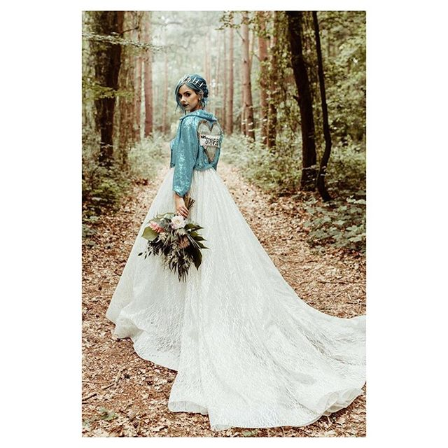 Stop the press. @sophiehannah is officially married and OMG I am in love with her bridal look. True to her style, with a touch of romance and glam 🧜🏼♀️ Sophie, well done girl. I knew you were a @lazarobridal bride! #TheVeil_mag