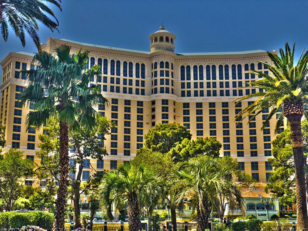 Bellagio - Eröffnet: 1998Casino-Grösse: 14'493m²Resort-Fee: 39 US-DollarZimmeranzahl: 2'688 Zimmer, 308 SuitenIkonisches Hotel am Las Vegas Strip mit eindrucksvoller gratis Wassershow. 2015 wurde die Renovation aller Zimmer im Main-Tower für 165 Millionen US-Dollar fertiggestellt. In allen Zimmern gibt es einen TV-Kanal, der den Ton/Musik der Wassershow live überträgt. Der Wintergarten in der Nähe der Lobby wird je nach Saison oder Festlichkeit mit neuen Blumen und Dekorationen geschmückt - absolut sehenswert und kostenfrei.