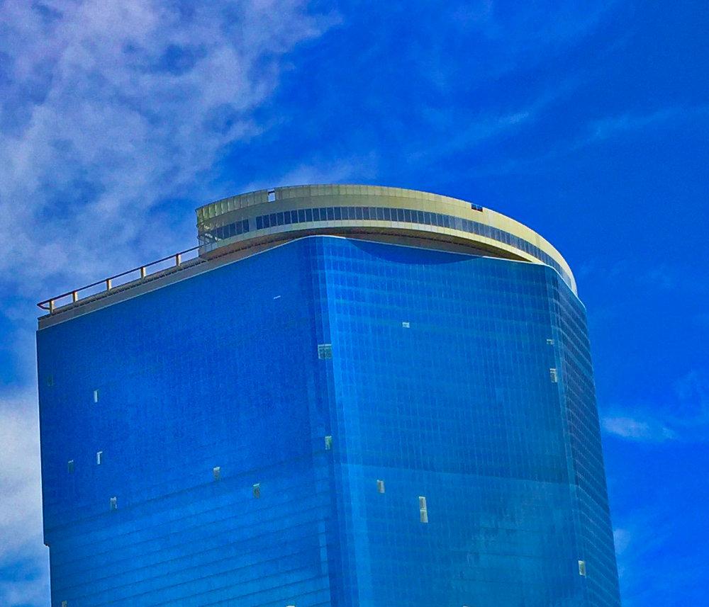 Drew, The - Seit 2007 ist das 224 Meter hohe Hotel im Bau. 2010 fand der Baustopp statt wegen Finanzierungsproblemen. 2017 kaufte die «Witkoff Group» und «New Valley LLC» das Gebäude für 600 Millionen US-Dollar. Im Februar 2018 wurde «Marriott International ins Boot geholt - ein sehr cleverer Schachzug. Dank diesem potenten Partner scheint die geplante Eröffnung in 2020 als realistisch einzustufen.