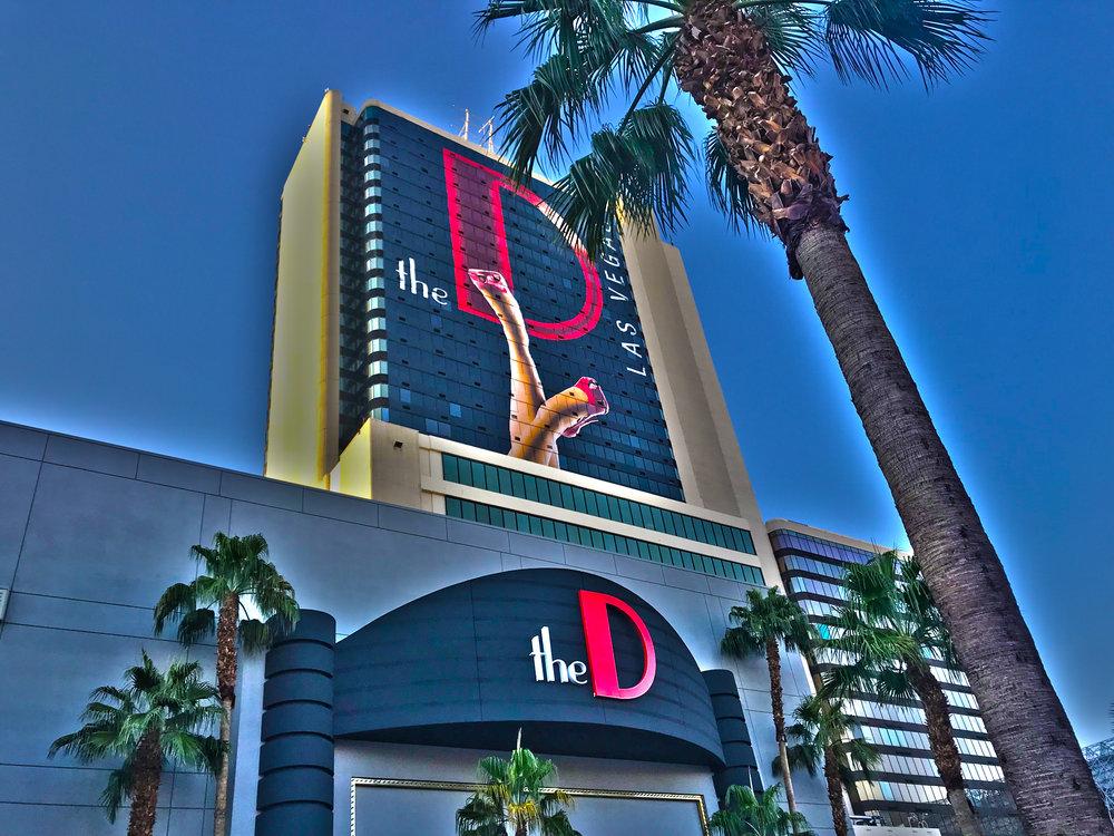 D, The - Das «D» ist laut, sehr laut. Hier ist immer was los. Das liegt auch daran, dass hier die längste Bar von Las Vegas zu finden ist. Auch die leicht bekleideten tanzenden DealerInnen an den «Blackjack»-Tischen sorgen für mächtig Stimmung.