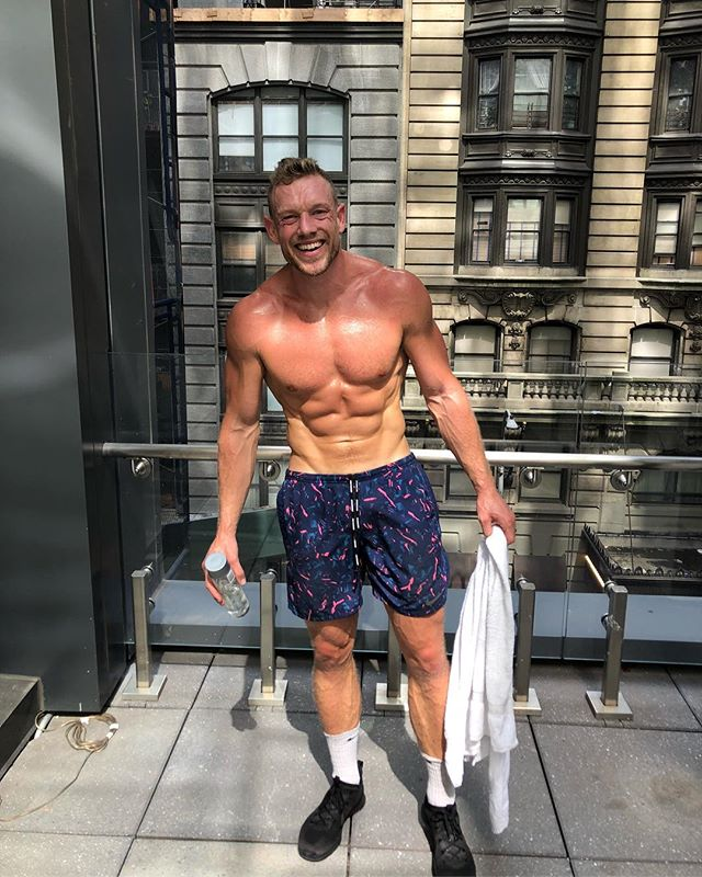 Hello New York City 👋🏻💥🗽 Just did a quick lean routine on my roof top in the middle of NYC 😅 You don't need a lot of space to get the body burning. Next time your travelling give this quick 15 minute hotel HIIT a go: 1. 4 x Mountain Climbers + 180 Squat Jump 2. High Knees + Rope Punches 3. Push Up to toe touch 4. Plank with Knee Drive 5. In Out crunch + Leg Raise 6. Cross body crunch 7. Half Burpee 8. Gorilla push up 9. Squat jump 10. Half Burpee to plank jack Do each exercise for 20 seconds with 10 seconds rest. Repeat the entire circuit 3 times and then go smash the rest of your day 😁🔥👊🏻 #leansquad #nyc #hotelhiit #arlohotels #fitspo #instafit #training #bodyweight #fatburner #letsgetlean