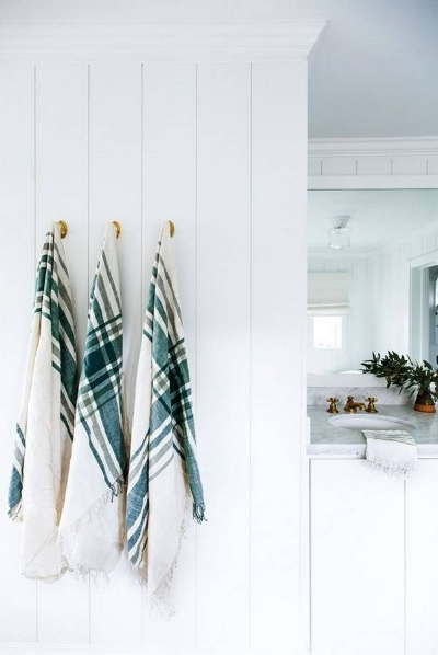 our-spring-cover-girl-jenni-kayne-bronze-and-green-and-white-bathroom-1456439261-56cf77b70e34482245c5e148-w669_h897.jpg