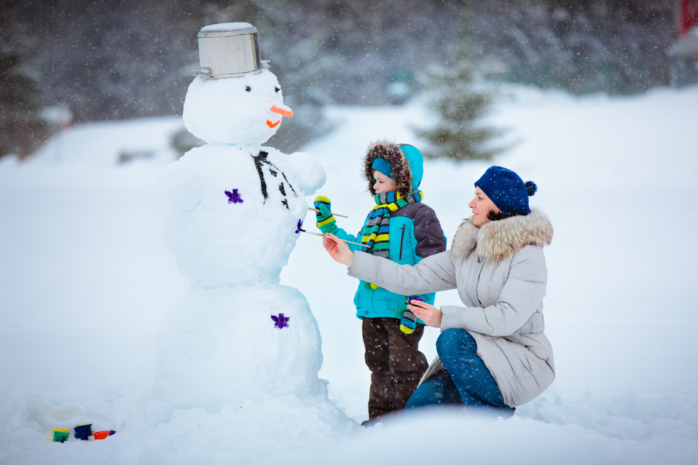 kids-building-snowman-make-good-snow-activities_506130.jpg