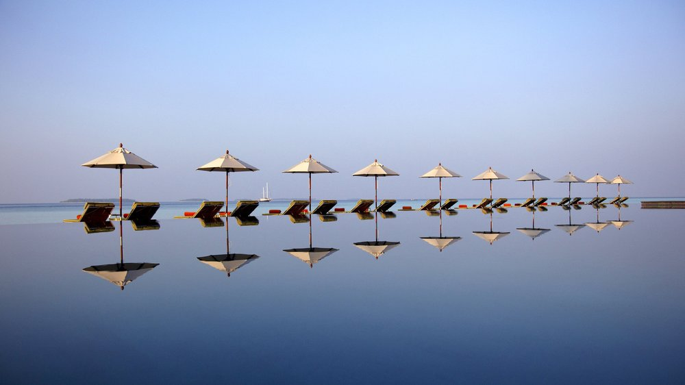 61620268-H1-Anantara_Kihavah_Pool_and_loungers.jpg