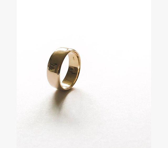 Custom made men's yellow gold wedding band for a wonderful friend ! #bespoke