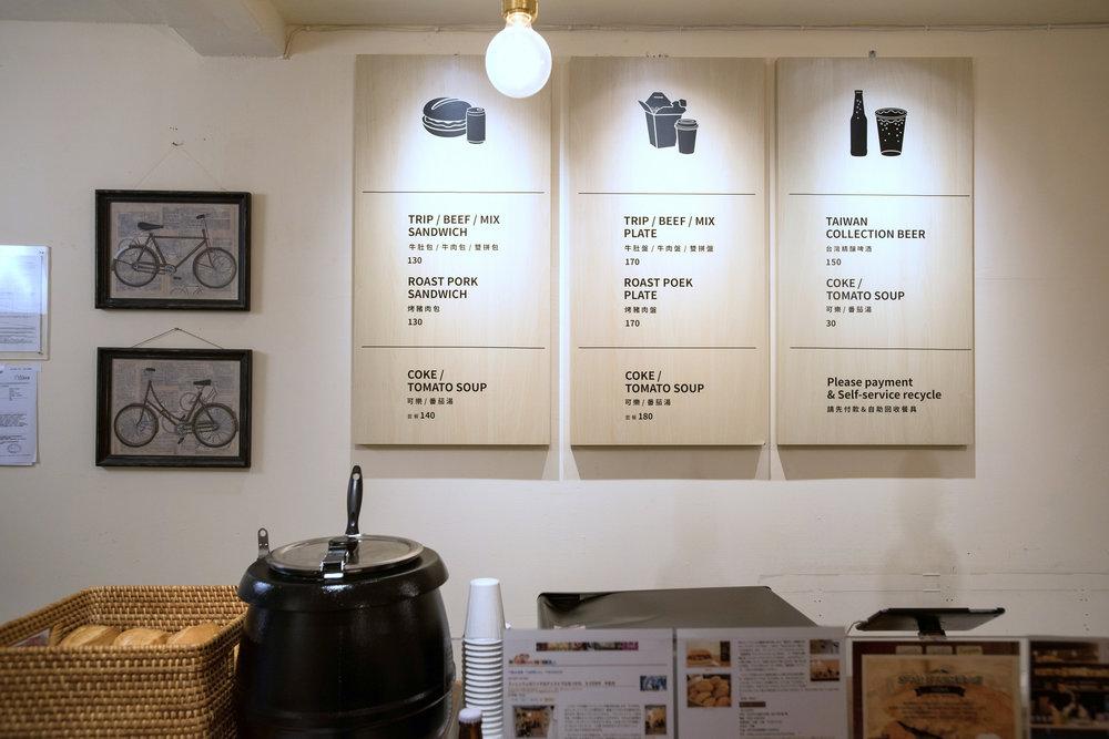 三隻牛掛在牆上的特色菜單。