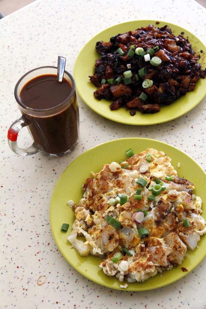 前方的白菜頭粿與後方的黑菜頭粿,其實就是台灣的蘿蔔糕,但料理手法與味道均不相同。