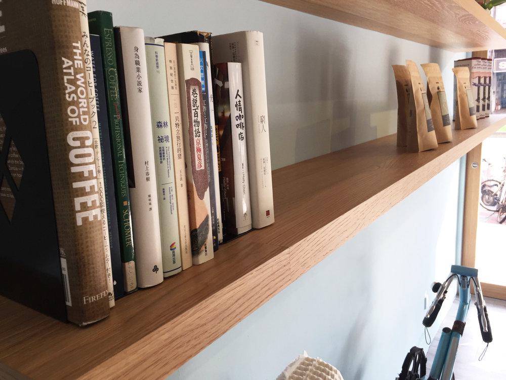 沛洛瑟在書架上書籍的選擇也是為了要帶給人溫暖的感覺