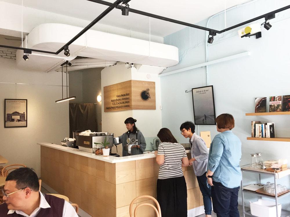 康康透過吧台與「熟客」直接互動,建立信任感以及關係。