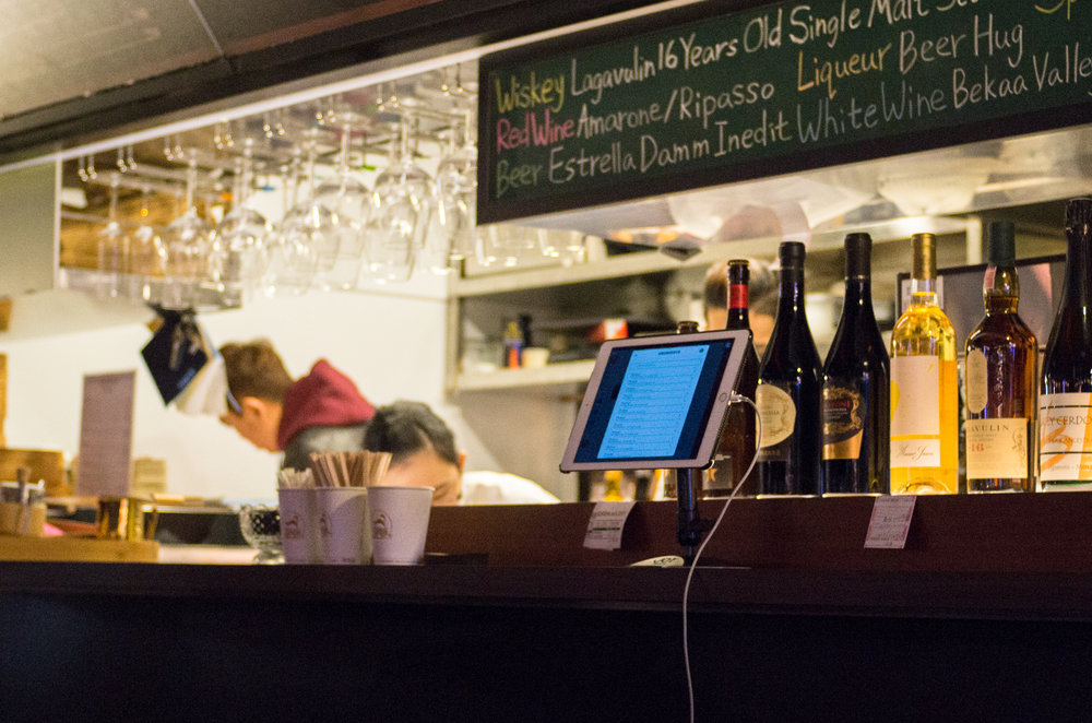 COMMUNE A7 店家在餐車貨櫃上使用 iCHEF POS 點餐系統清點營收