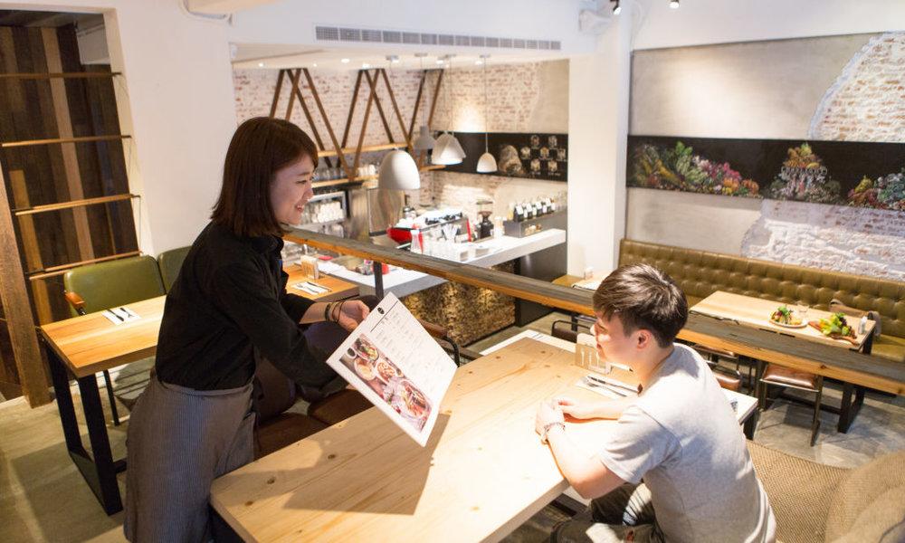 「向                \s        客人攀談」被餐廳經營者選為實際感受最有效的方法。