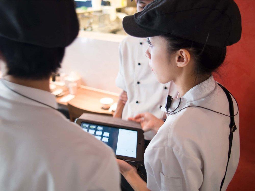 點餐、出菜、口味註記、營收報表 ,強大功能都由一台 iPad 一次完成, iCHEF POS點餐系統 能幫助服務生更快速、有效率的服務客人,餐廳人力節省20%!