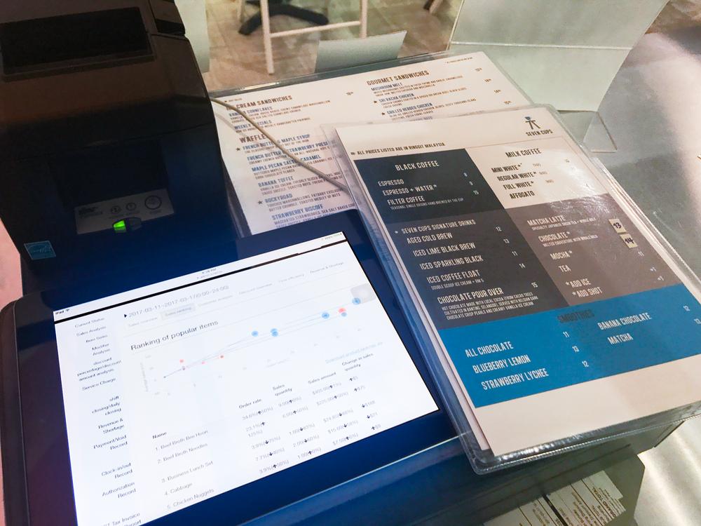Sevencups 老闆在店裡就能用 iPad 看到 POS 系統的後台營運報表。
