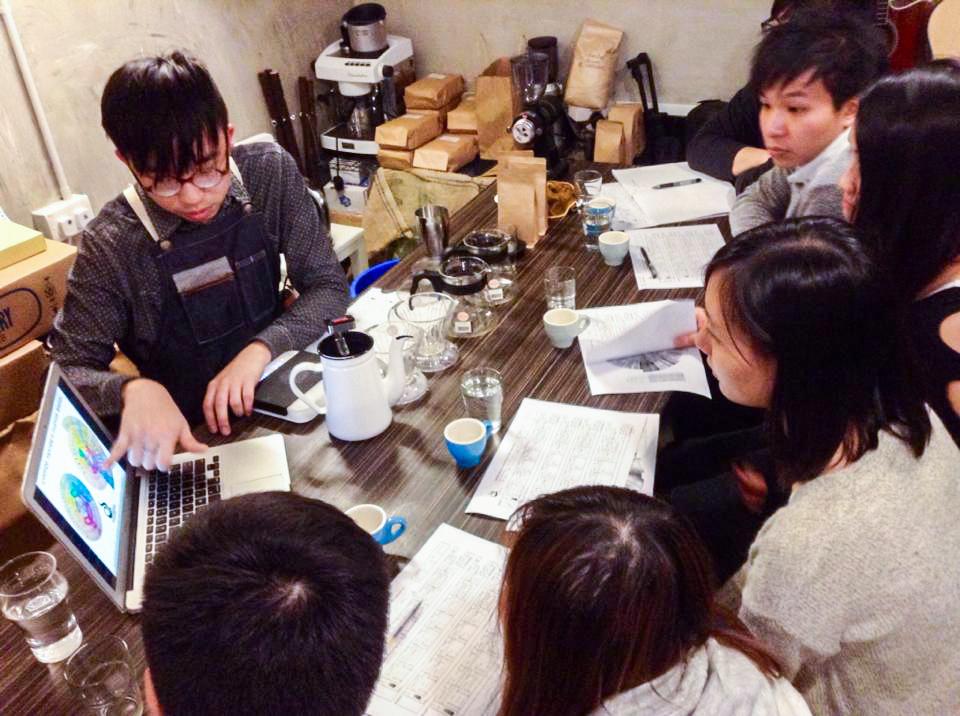 Studio Caffeine 的老闆 Brian 對數字很敏銳,除了擅長分析銷售的數字外,也有經營手沖咖啡的課程。