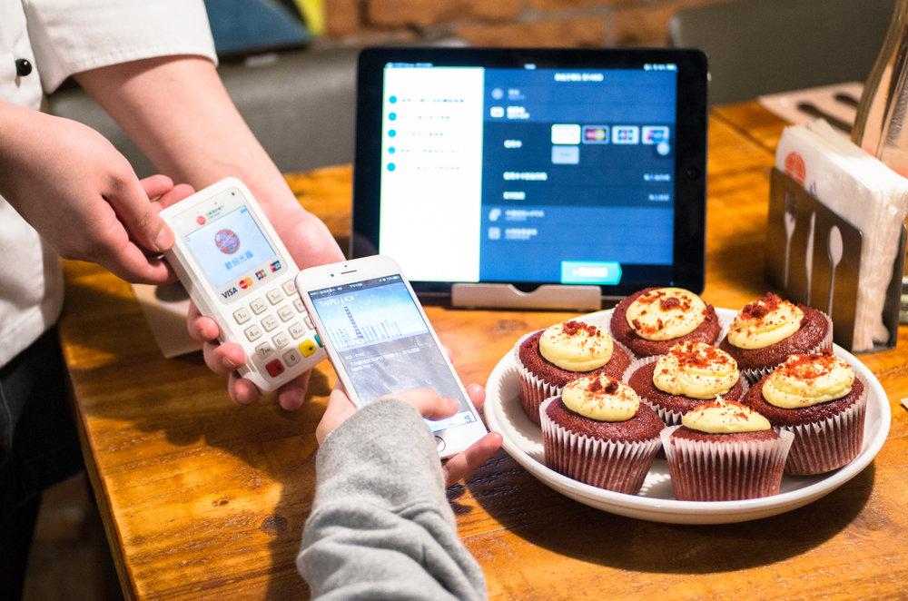 透過 mPos 與 pos系統連動,即可輕鬆使用 Apple pay 。