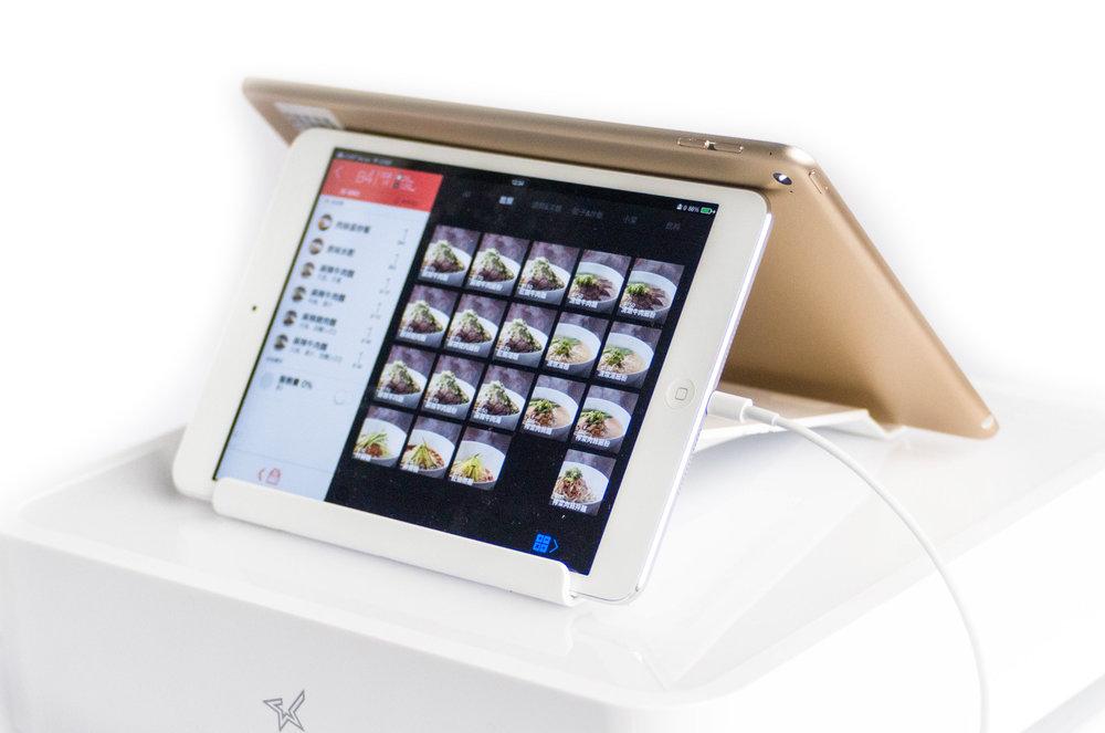 平板支架: 可前後擺設子母機,或顯示促銷內容;mPOP 主機還備有多格 USB 孔,充電不用找插座。