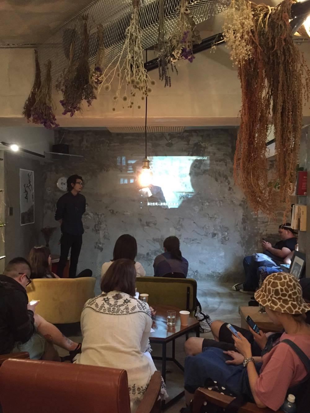 風格獨特的咖啡廳越來越多,要怎麼獨樹一格?大家又是各自懷抱怎麼樣的夢想與想法? 要怎麼利用社群媒體,傳遞自家想傳遞的溫度以及感覺?又要怎麼用影像來紀錄以及表達? 這回我們邀請到清新風格的別所,看他們怎麼提供大家一個城市中的避難所。 如何訂定餐廳的風格?如何找到經營粉專的風格?店內行銷用了哪些管道及方式? 行銷活動對餐廳的幫助?拍攝形象照片時有沒有什麼秘訣?
